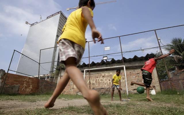Fotografia: Crianças jogando bola
