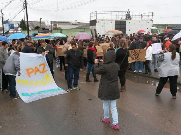 EDUCA��O - Protesto suspende aulas em col�gio onde professora foi esfaqueada