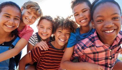 Crianças em grupo, sorrindo