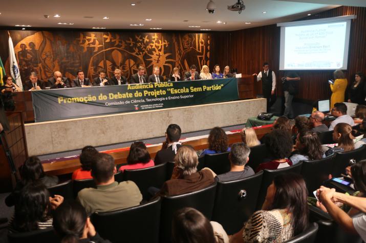 Em abril a Assembleia Legislativa realizou uma audiência pública, que lotou o plenarinho, para debater o PL 606/2016 que que institui no sistema de ensino estadual o Programa Escola Sem Partido. (Foto: Orlando Kissner/Alep)