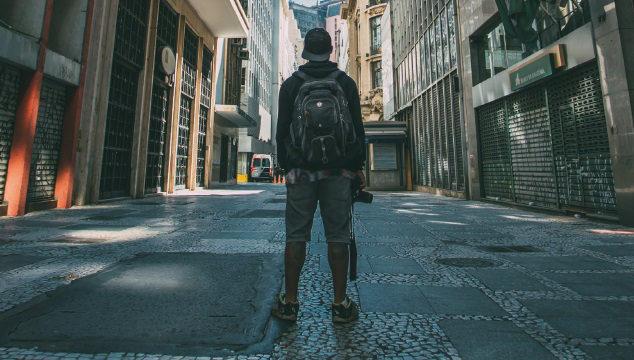 Adolescente perdido e sozinho