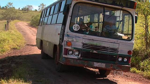 EDUCA��O - Crian�as se arriscam para ir � escola em �nibus caindo aos peda�os